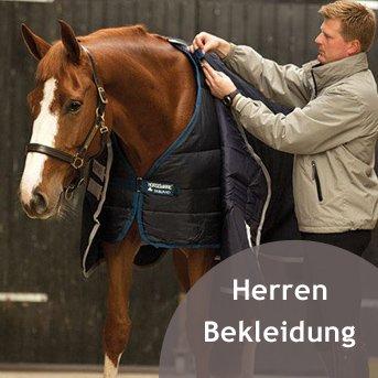 Reiter legt Pferd eine Schabracke an
